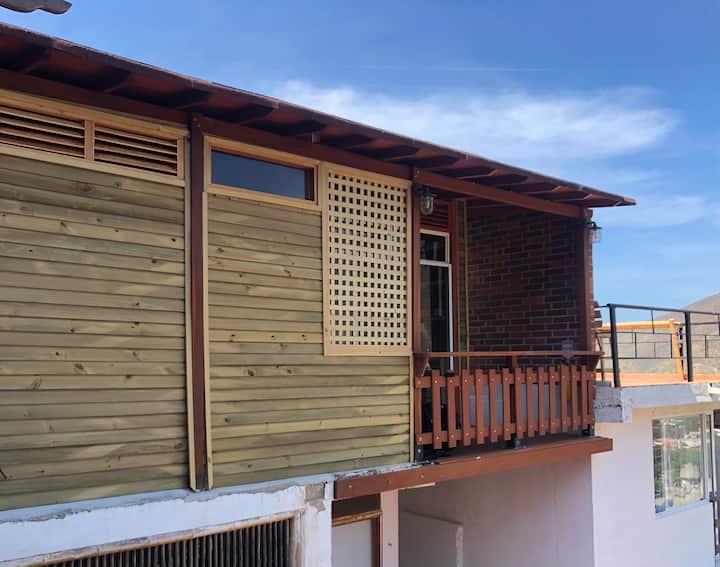 Hermoso Bungalow en madera, balcón y vista al mar.