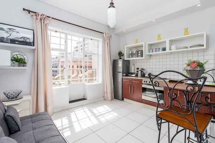 ★1 Bedroom Apartment★Balcony overlooking Landmark★
