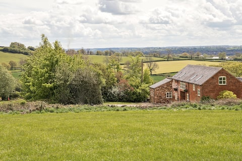 The Hayloft - Easy access to Alton Towers and Peak