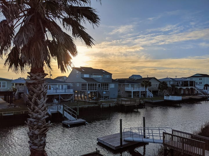 Waterfront Home, Pet Friendly, Close to Beach