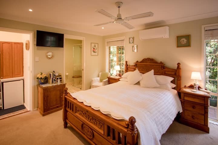 Cosy English Style Bed & Breakfast - Terrigal