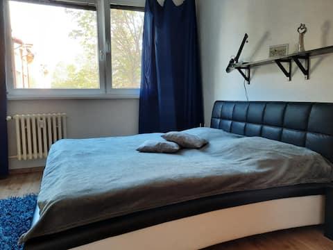 El apartamento es tranquilo, sin el ruido de los coches de la ciudad, acogedor.