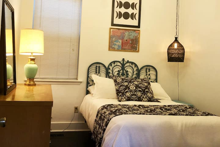 COMFY! (and cute) private room in the heart of LOU