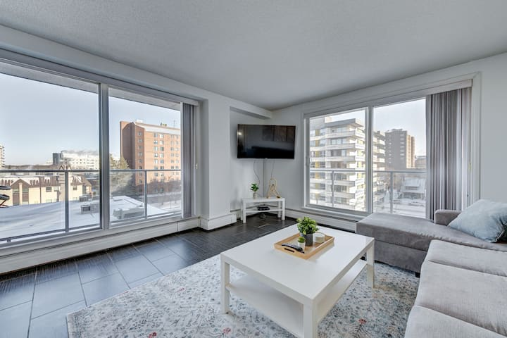 ** DOWNTOWN - CORNER UNIT - SPACIOUS 2 BEDROOMS **