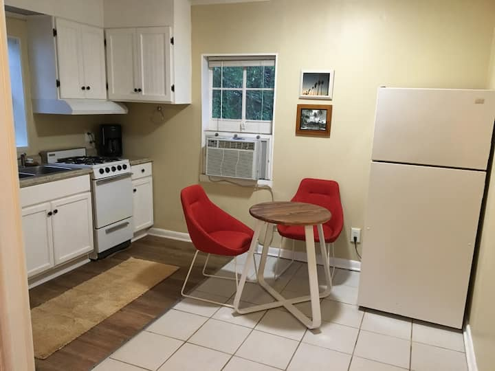 Comfortable 1 Bedroom Cottage - Strong WiFi