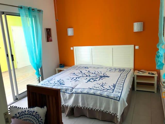 Chambre Houat 2 lits simples. Elle donne sur le patio.