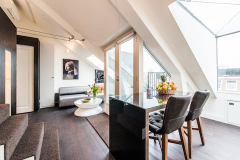 Sophisticated and bright rooftop studio for 2 pers near Oosterpark with balcony