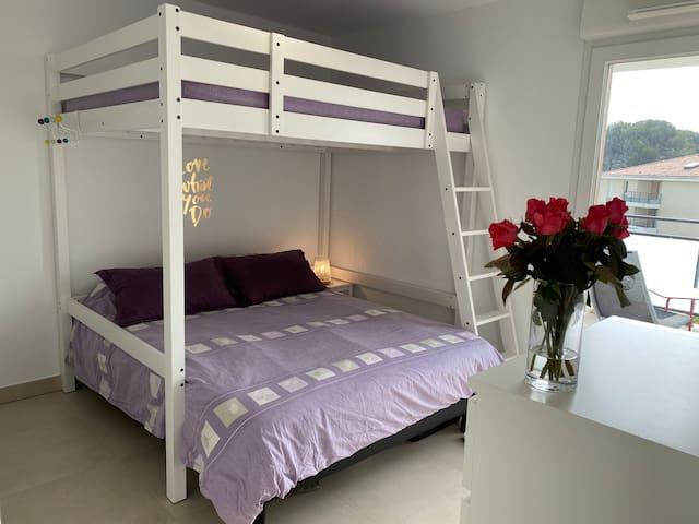 Faites de beaux rêves dans deux grands lits dont un Keen size