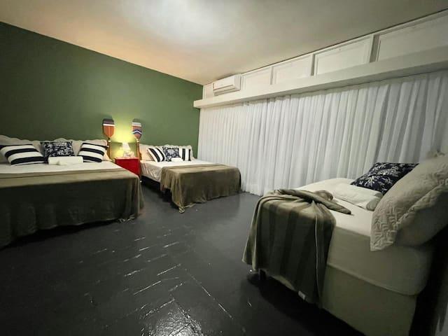 Suíte 03: 2 camas de casal; 1 cama solteirão; 1 split 12.000 btus