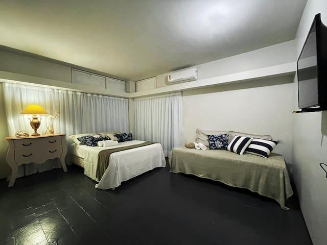 Suíte Master: 1 cama de casal; 1 cama solteirão; 1 split 12.000 btus; 1 smart tv