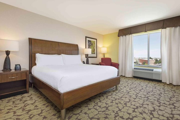 SLC Airport / Large King Hotel Room + Free Parking