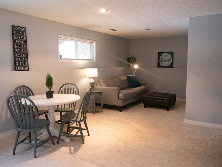 Bright Cozy Basement Suite close to Airport