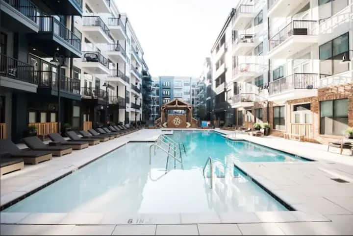 Lux 2 Bedroom Condo-Walk to Broadway! Free Parking