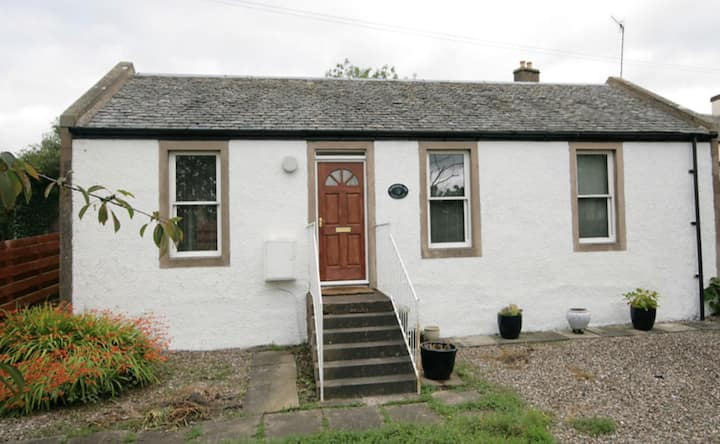 Secluded, quiet with pet friendly enclosed garden