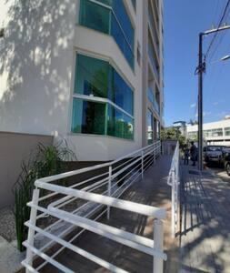 Rampa de acesso ao prédio.