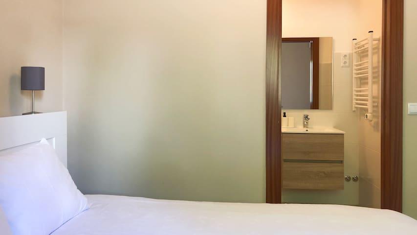 Suite com casa de banho privativa