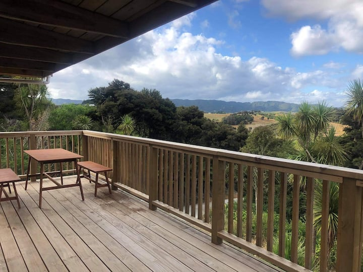 Old Waipu Cabin -Rustic, Sunny deck, Good location