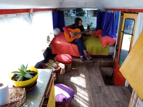 """Mini-Bus """"hippie"""" un rincón acogedor para dos."""