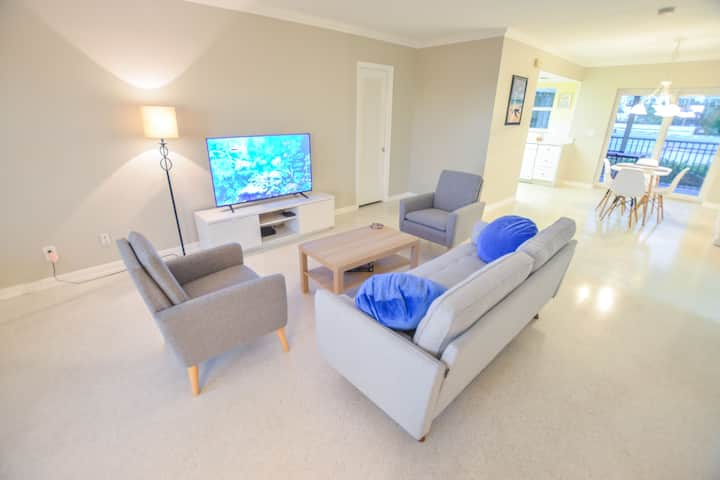 Large Updated Beach Apartment with a Patio