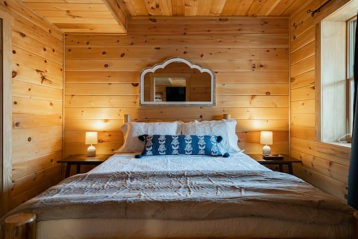 Downstairs bedroom, queen bed