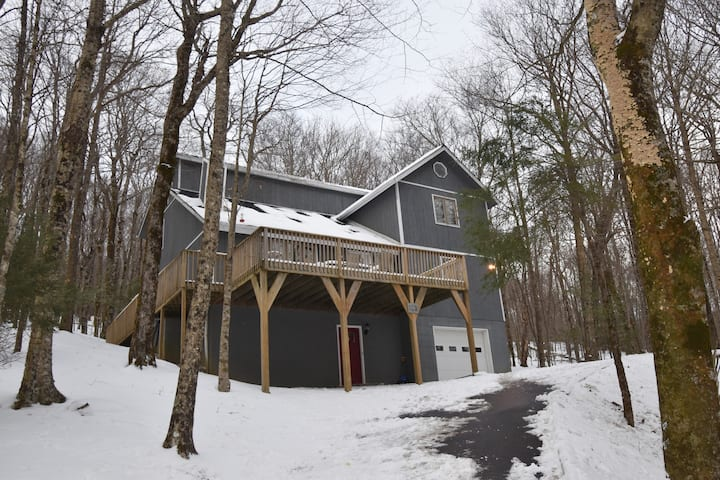*NEW*Large home mins to slopes, WiFi, & fireplace!