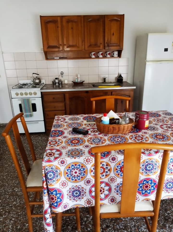 Amplia casita familiar (con cochera)