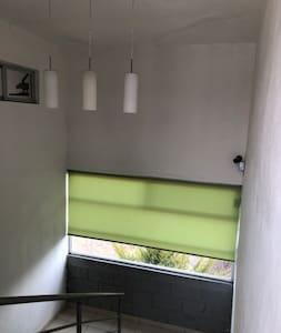 Barandal en escaleras hacia tercer piso, cuenta con sensor de movimiento para activar la iluminación