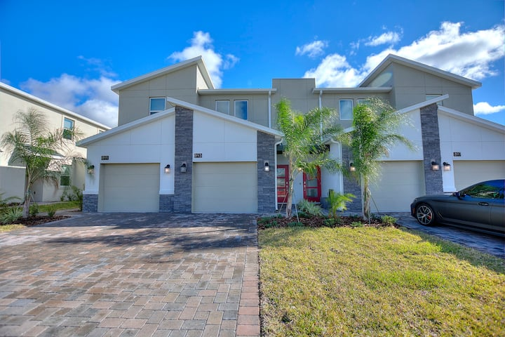 New 3-bed, 2-bath  rustic townhome close to Disney