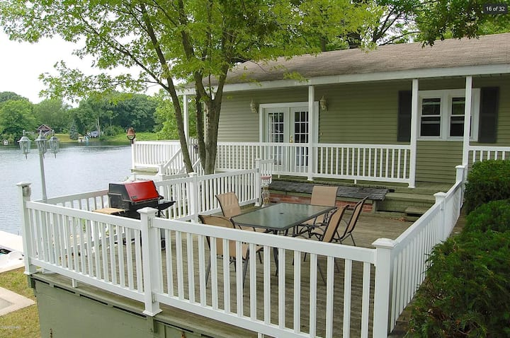 Escape to the Lake! Cozy Lakefront Cottage.