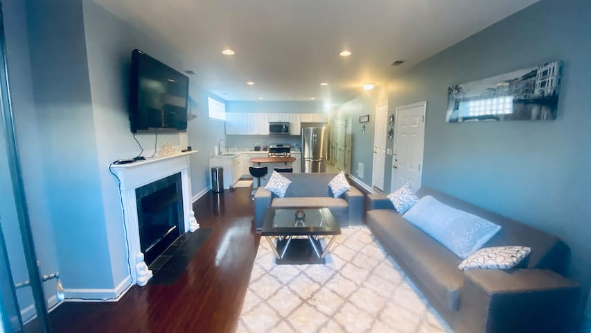 Beautiful condo apt near O'Hare/ORD & Blue Line