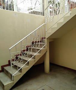 la casa cuenta con barandal para mayor seguridad e iluminación
