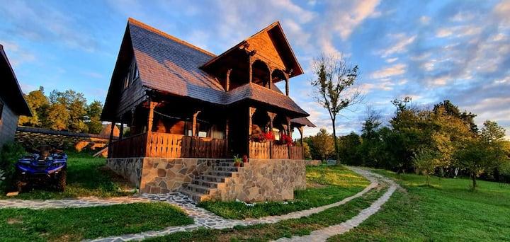 The Tall wooden house-Cununa Vailor, Desesti