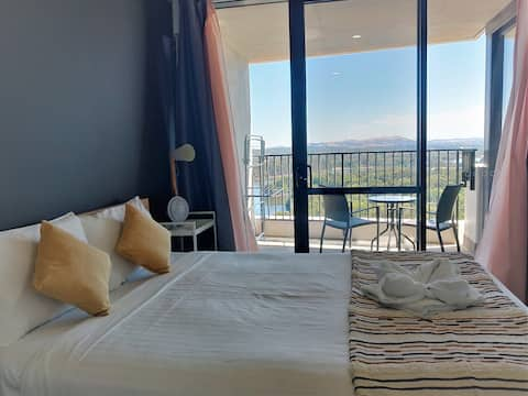 Lake Views, Balcony in Spacious 1-Bed Unit