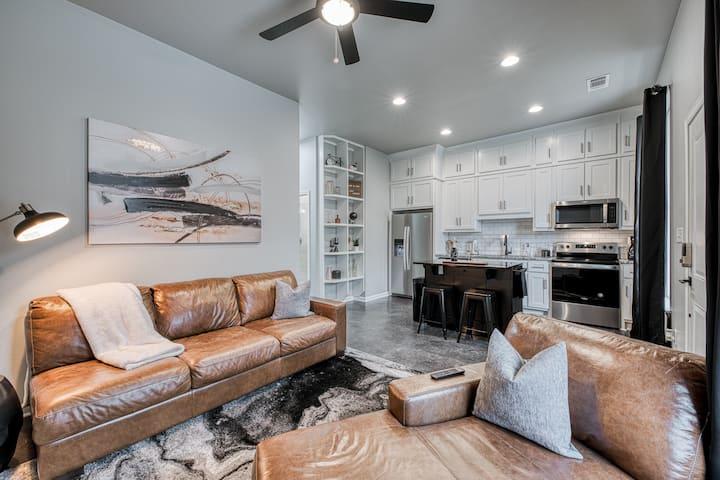 Contemporary Cottage - 3.0 - Private Luxury Patio!