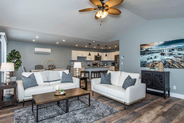 LUX Villa 104 Brand New Sylvan Beach w/ Free WIFI