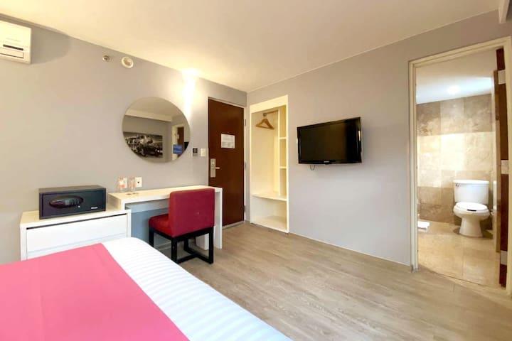 """Todas nuestras habitaciones cuentan con pantalla plana de 32"""", armario y caja fuerte para uso exclusivo y personal para ti"""