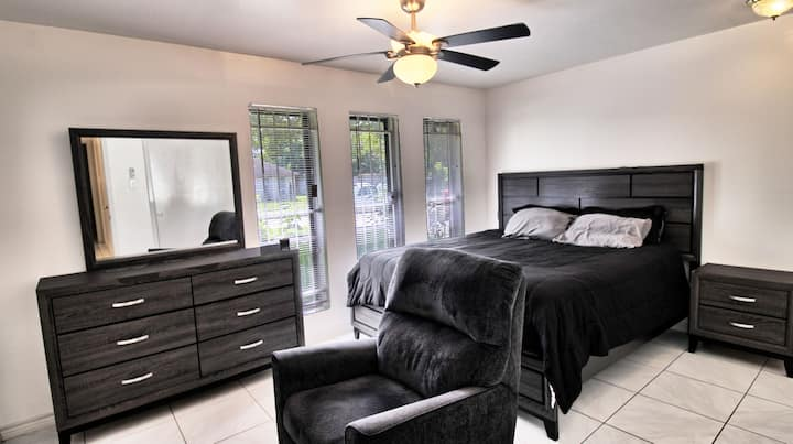 Rm with KG-size Bed and private BR in NW Houston