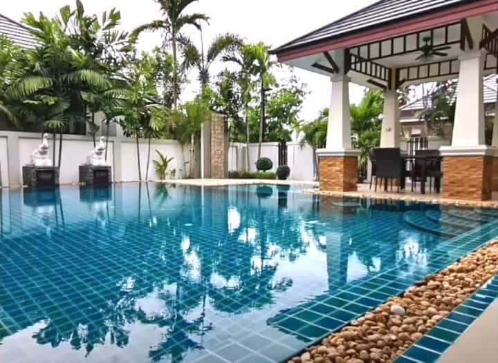 """Baan Dusit Pattaya Lake""  romantic villa"
