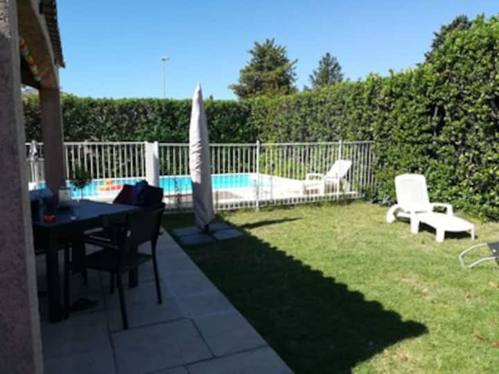 Maison climatisée avec  piscine, proche de la mer