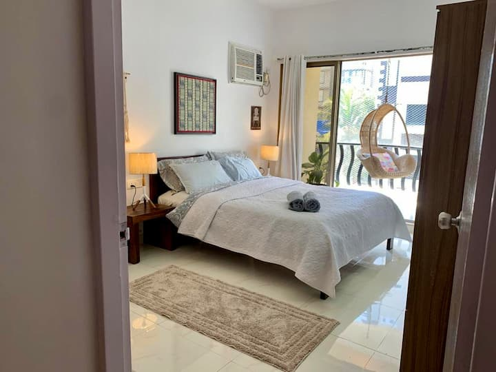 Gorgeous room with balcony in Bandra