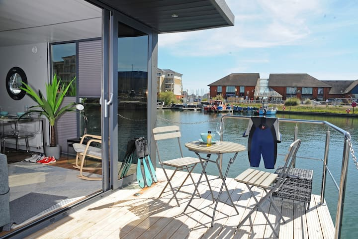 Modern Floating Apartment in Plymouth Marina