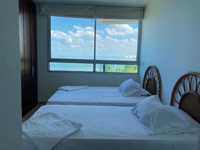 Habitación #3. Cuenta con baño privado, armarios y espectacular vista al mar.