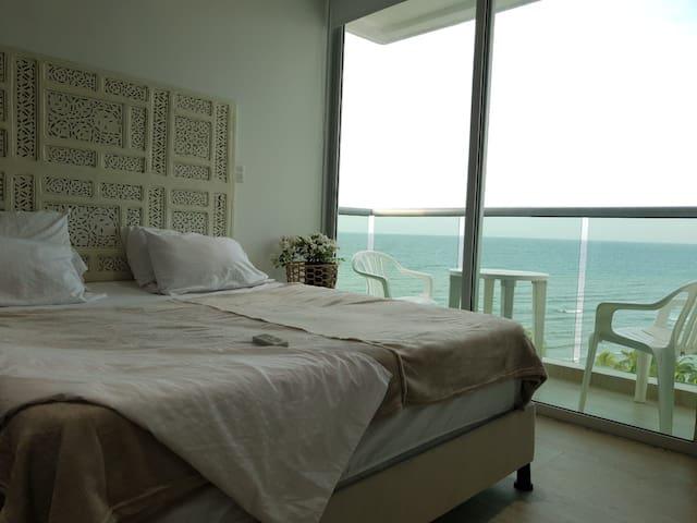 Habitación principal. Cuenta con balcón privado y baño.