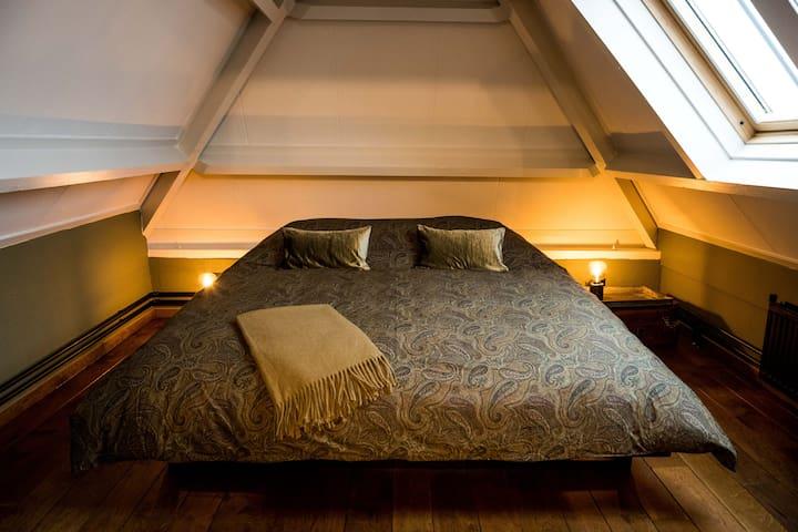 Slaapkamer met elektrisch verstelbaar bed