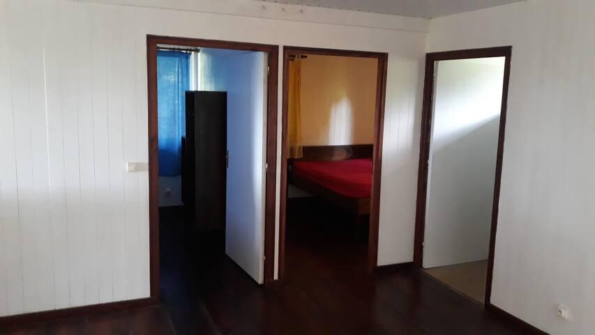 Le salon, qui donne sur les deux chambres et salle d'eau