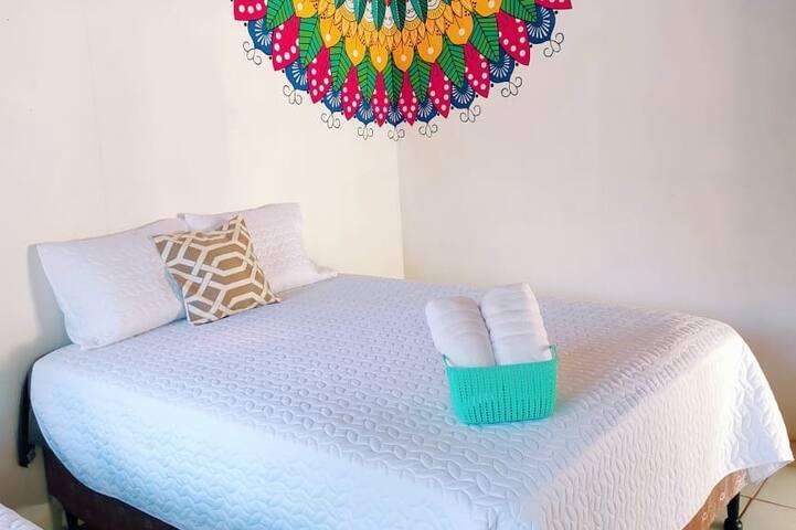 Habitación con Camas hoteleras confortables y tela fresa  1 Queen  1 Imperial  Baño compartido