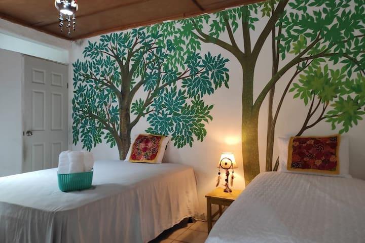 Habitación con Camas hoteleras confortables y tela fresa  1 Queen  1 Imperial  Baño Privado