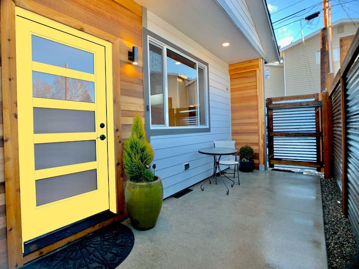NEW Relax - Central, Comfortable Yellow Door Home