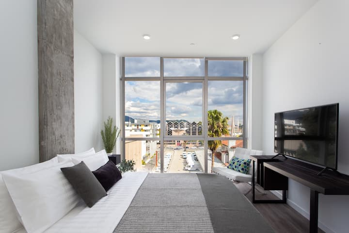 Upscale 2BR/2BA Apartment in Downtown Glendale