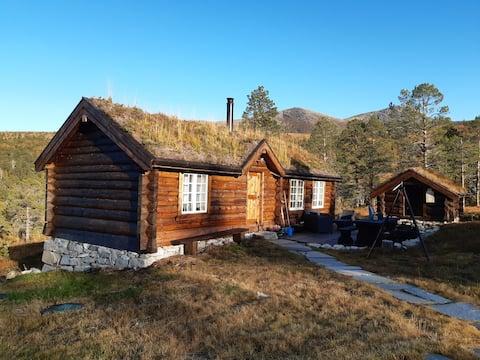 Laftet hyttetun i naturskjønne omgivelser